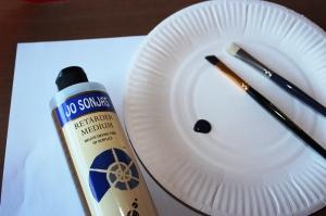 On a besoin : d'une palette, d'un pinceau angulaire, d'un pinceau mop, de peinture acryl, de retardeur.